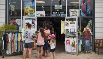 Clientes afuera de una tienda en Orange, Beach Alabama
