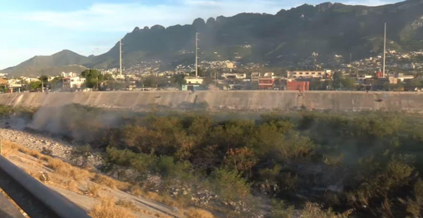 Controlan incendio en el río Santa Catarina, NL. (Noticieros Televisa)