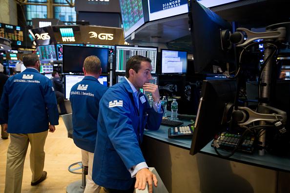 Corredores de bolsa trabajando en la NYSE