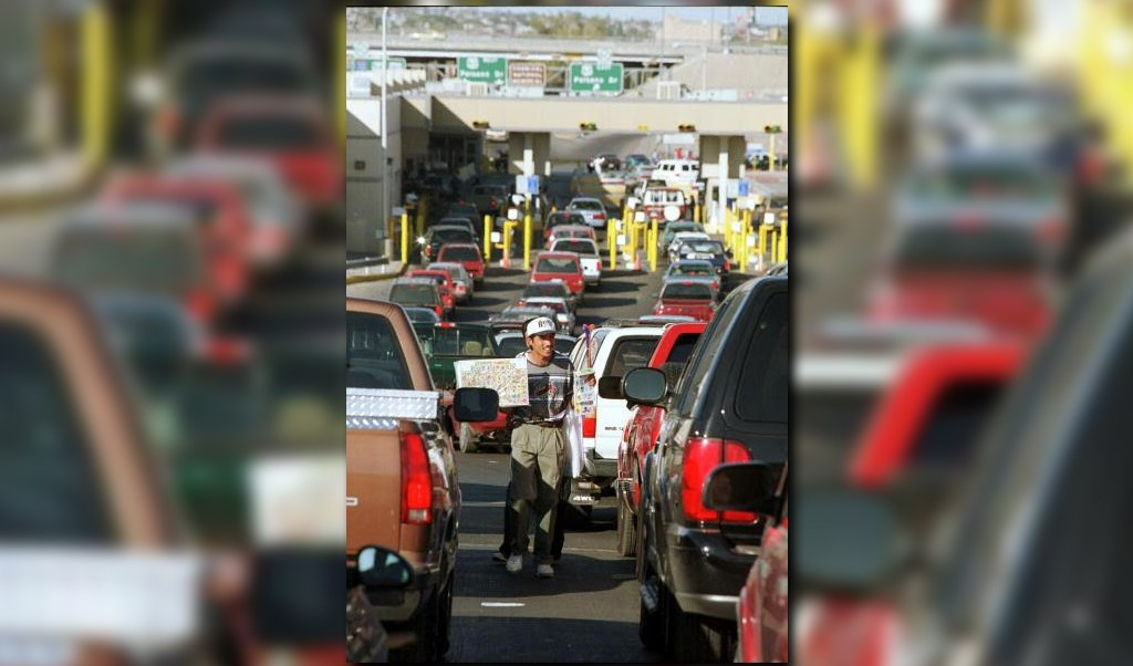 Miles de vehiculos transitan por cruces internacionales en juarez