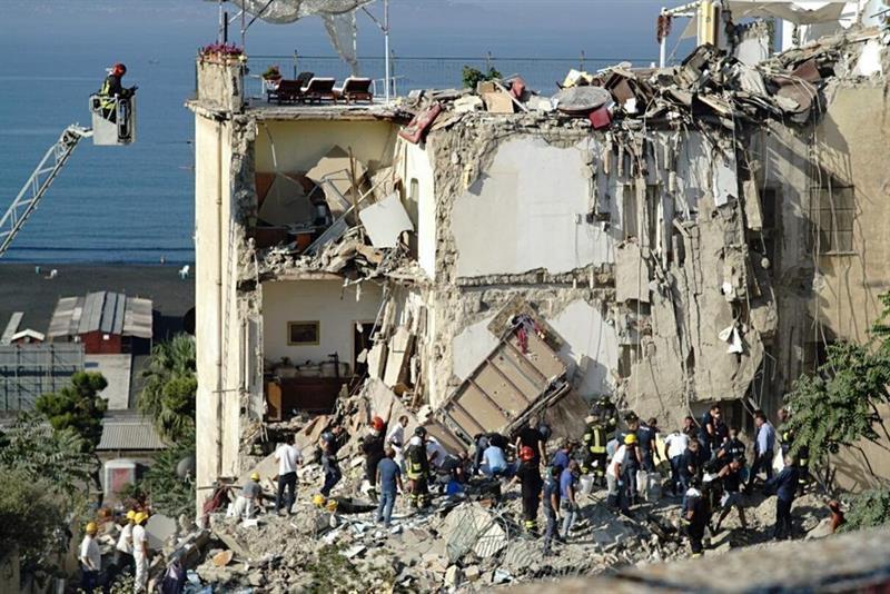Italia, Nápoles, derrumbe, edificio, desaparecidos, seguridad, bomberos