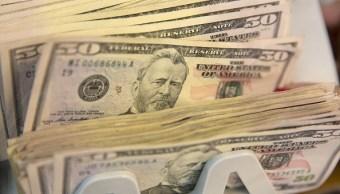 Dólares estadounidenses en una maquina de contar