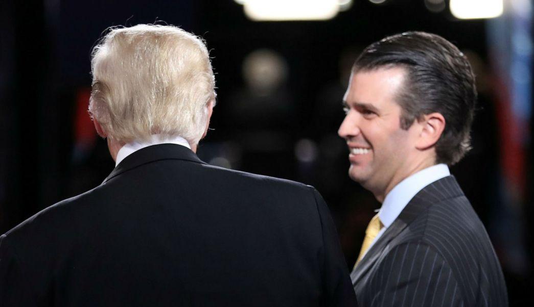 Donald Trump Jr. en compañía de su padre