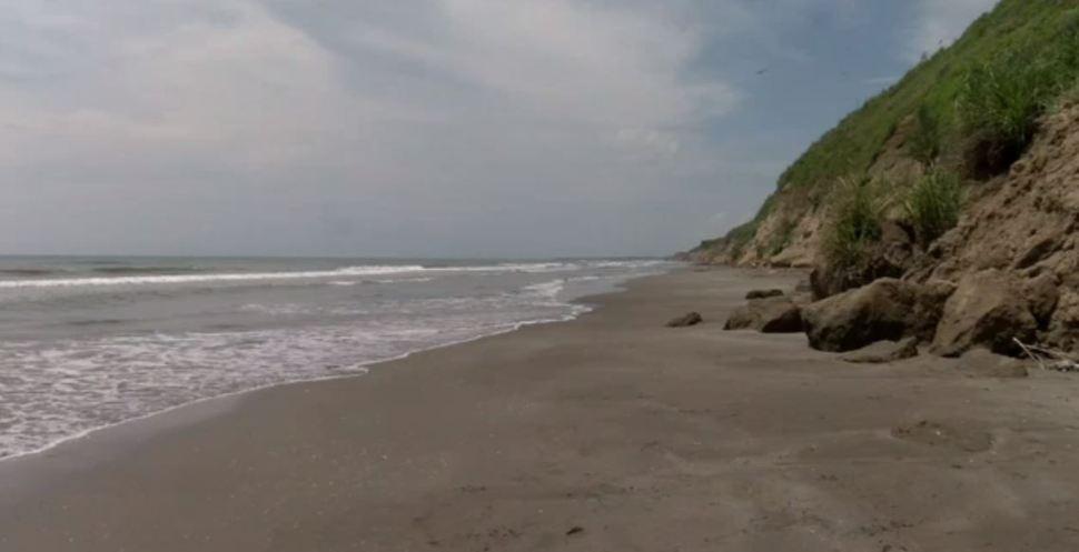 El mar y construcciones navales consumen playas