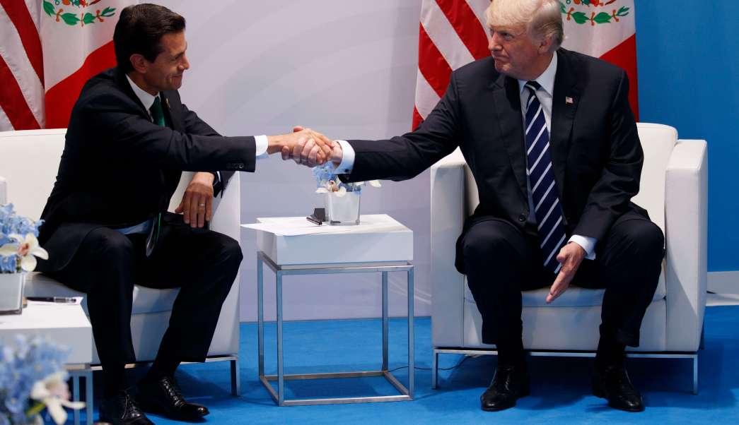 Enrique Peña Nieto estrecha la mano de Donald Trump