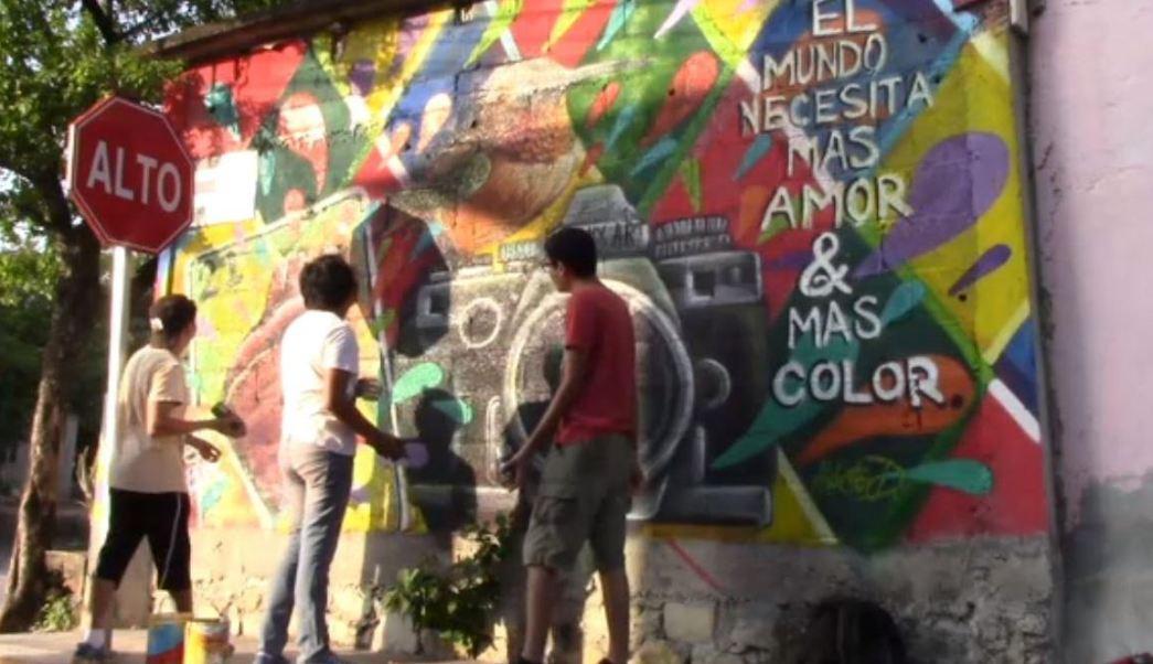 estudiantes pintaron un centenar de murales donde plasman costumbres y tradiciones