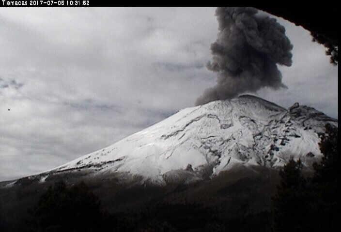 Exhalación del volcán Popocatépetl con una altura de mil 200 metros