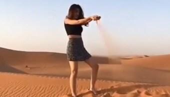 Joven con minifalda genera revuelo en Arabia Saudita (Foto: Naharnet)