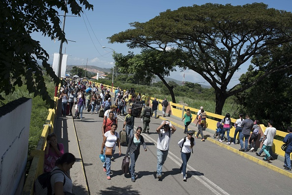 venezolanos cruzan puente internacional hacia colombia