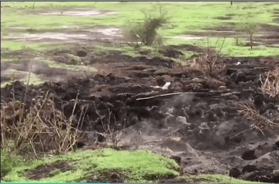 Humo y calor surge del suelo en Michoacan
