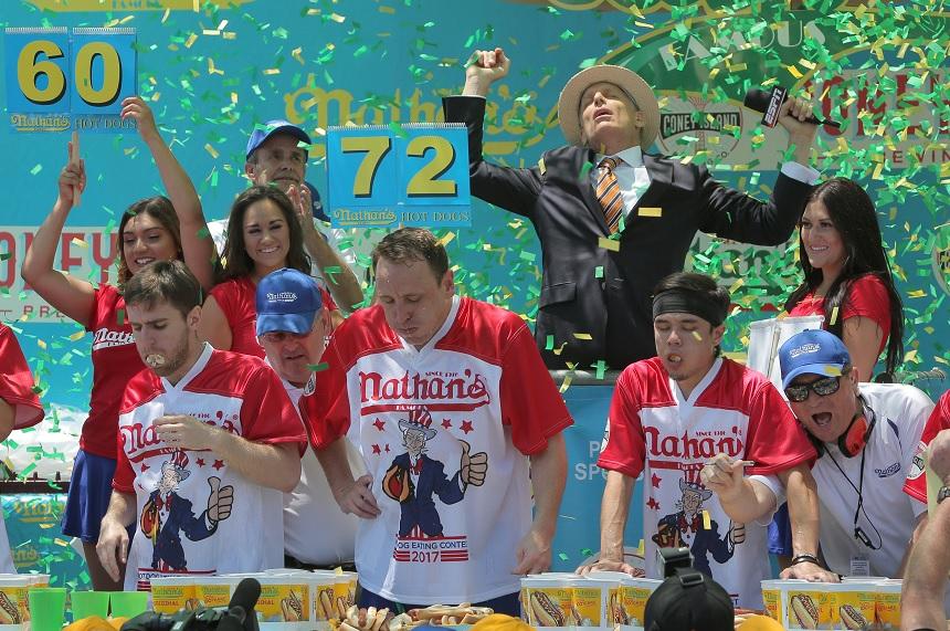 Chestnut gana el concurso Hot Dog-Eating en Coney Island en Nueva York (Reuters)