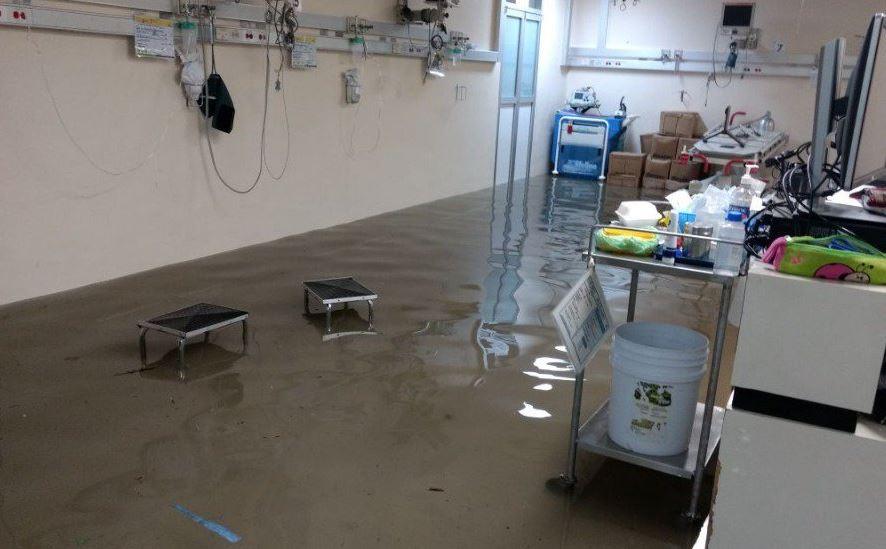 Continúan labores de limpieza en Hospital La Villa tras afectaciones por lluvias