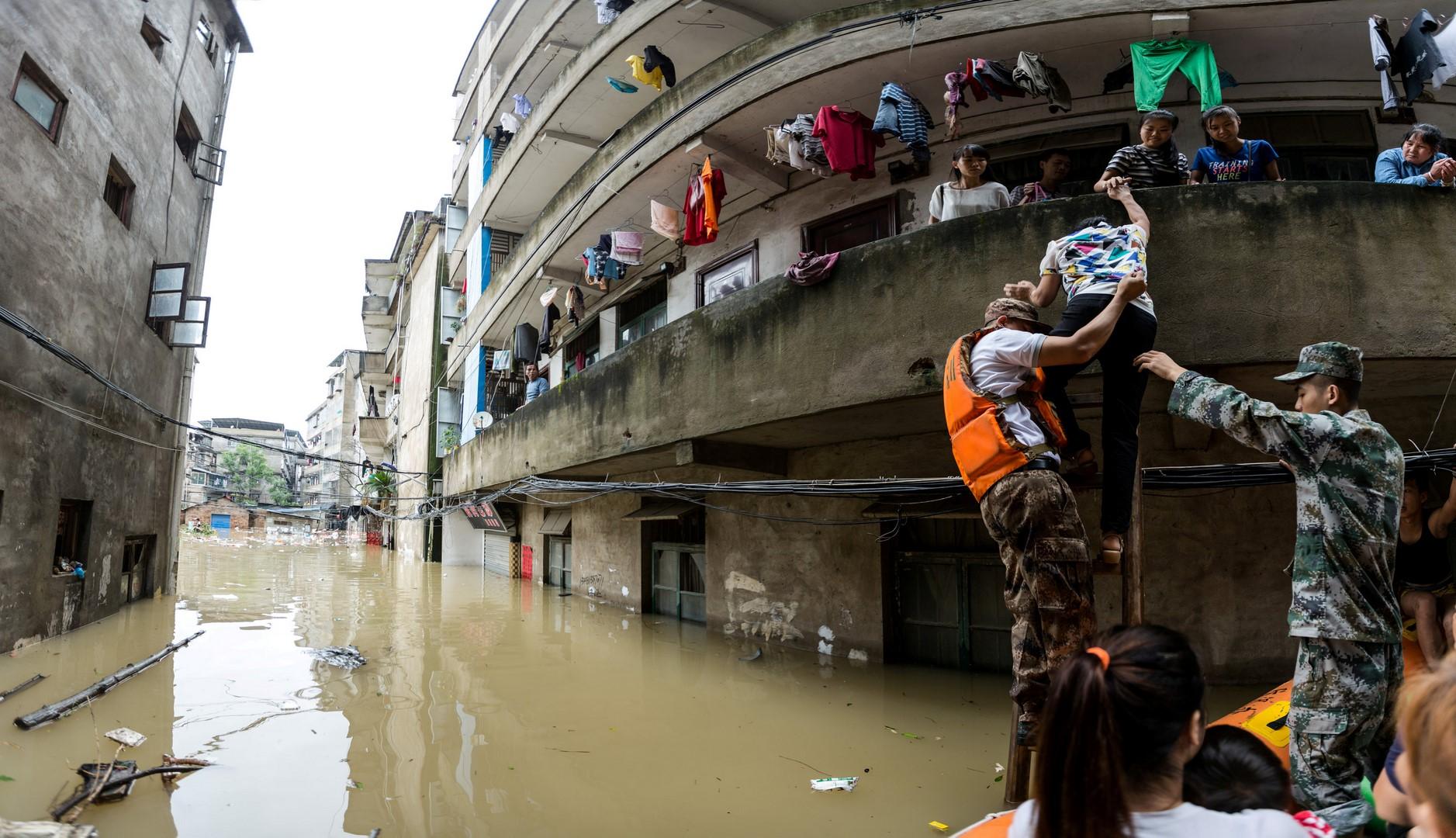 Lluvias dejan 16 muertos y más de 100 mil evacuados en China