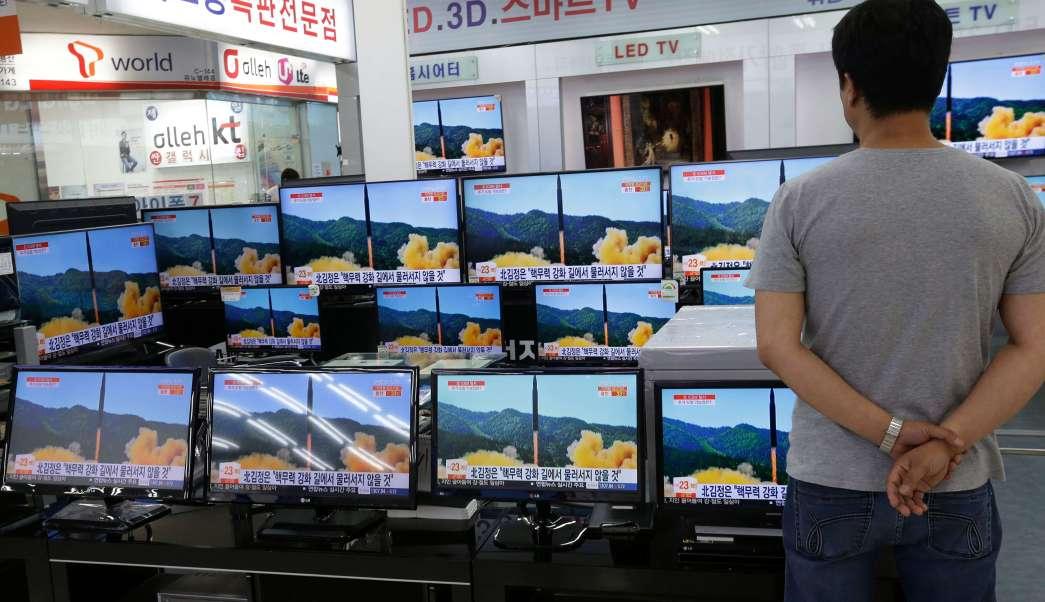 Japonés ve reporte de televisión sobre misil de Corea del Norte