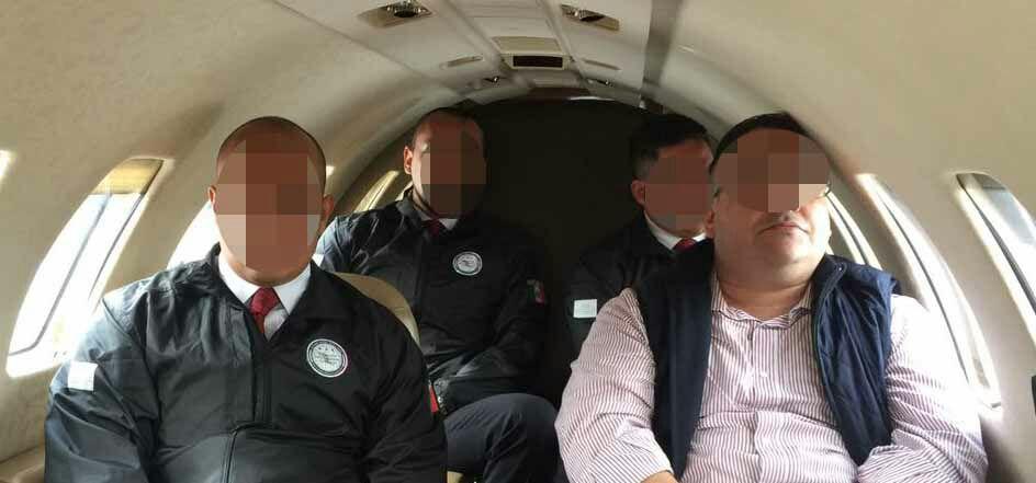 Javier Duarte dentro del avión que lo trasladará a la CDMX