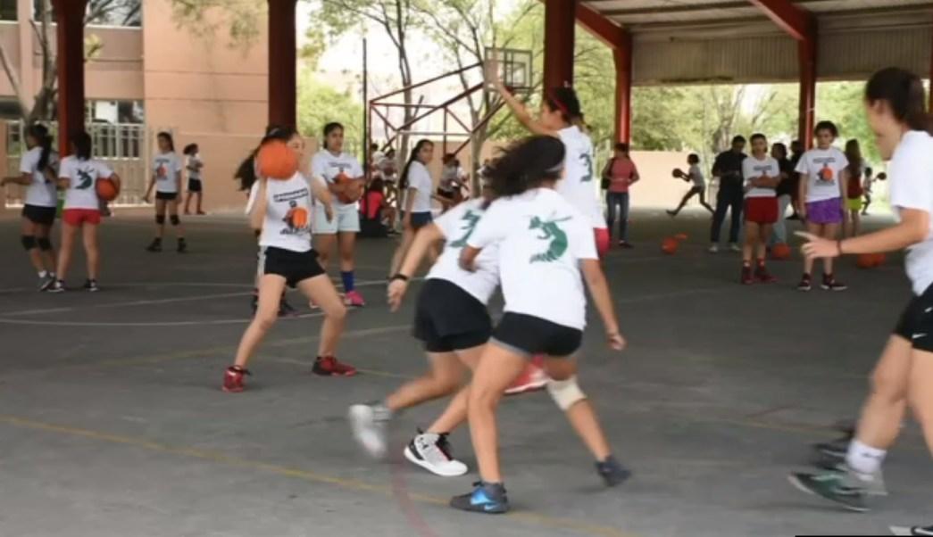 varias jovencitas practican el basquetbol en apodaca nl