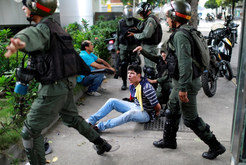 Jóvenes protestan contra Nicolás Maduro en Venezuela