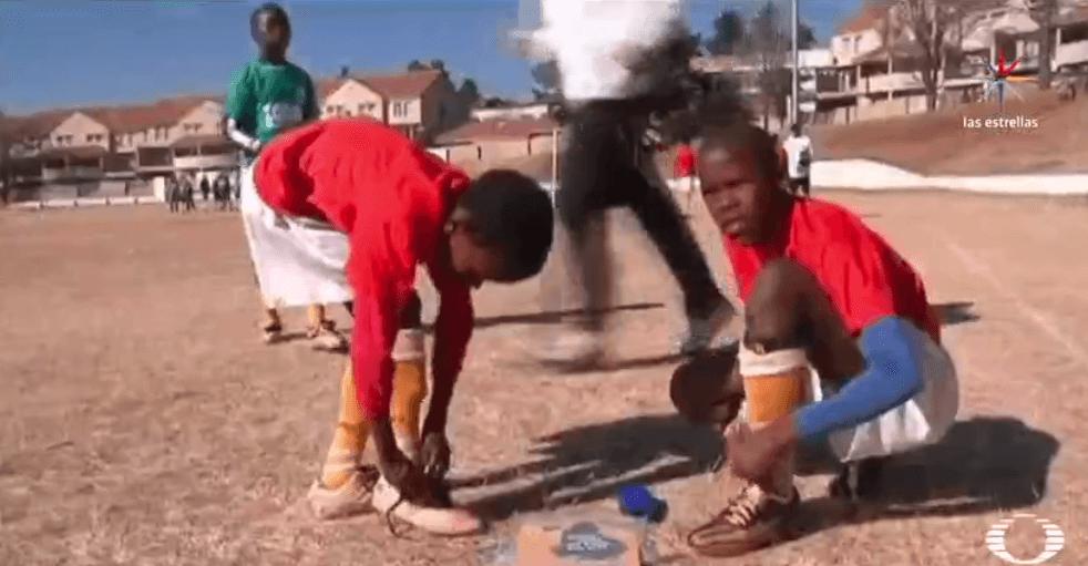 Jovenes africanos jugando futbol en Italia