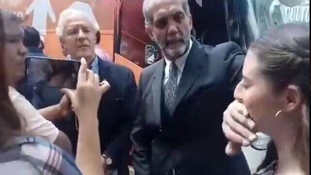 Juan Dabdoub impide protesta de mujer