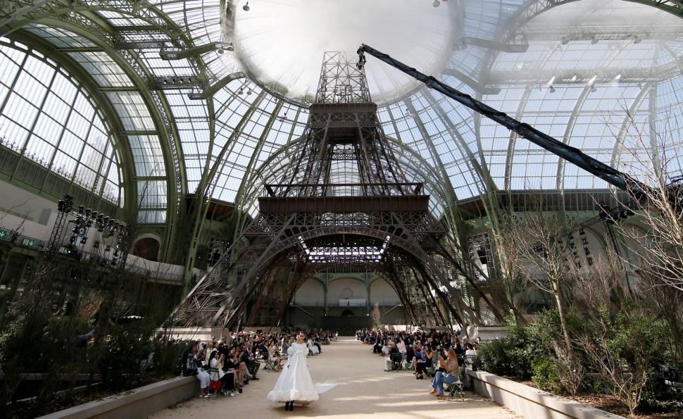 Karl Lagerfeld, disenador de Chanel, presenta su colección bajo réplica de la Torre Eiffel