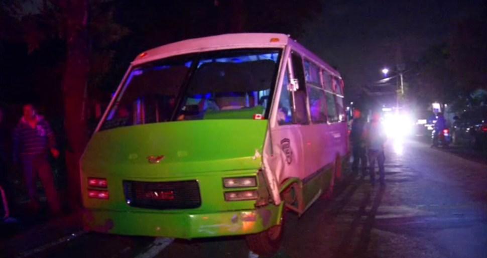 Un microbus choca contra otro vehiculo en Xochimilco