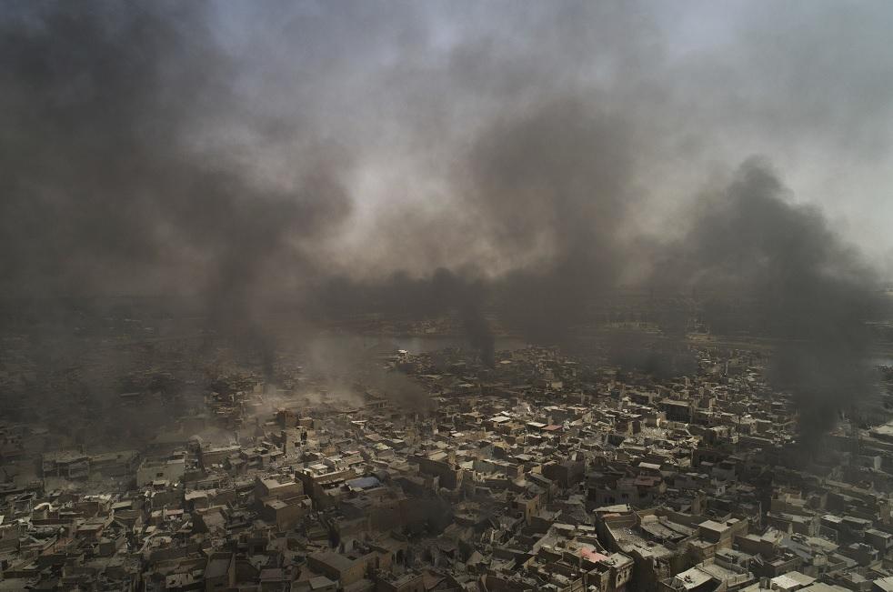 El humo se agita en la Ciudad Vieja de Mosul (AP)