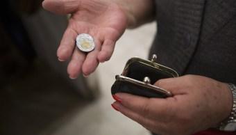 Mujer con monedero cuenta su dinero