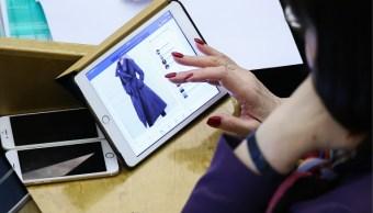 Mujer realiza compras a través de Internet