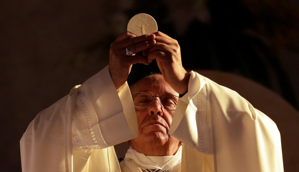 El papa Francisco sostiene hostia con las dos manos