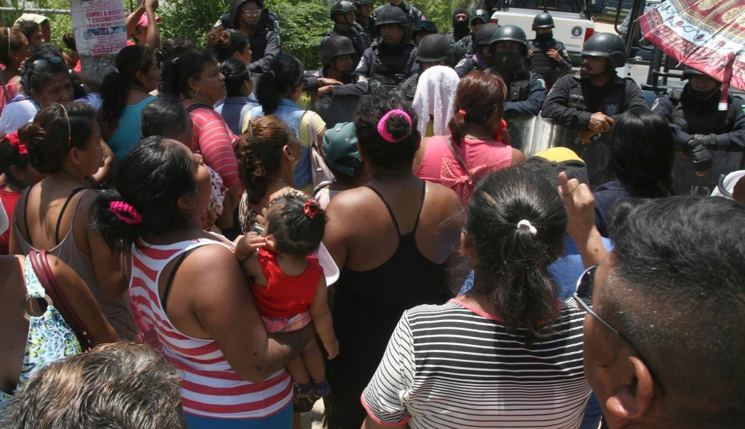 Familiares de los reos apostados a las afueras del penal Las Cruces