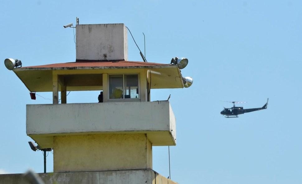 Un helicóptero de la policía vigila el penal Las Cruces