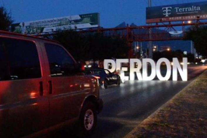 Joven bloquea avenida en Monterrey para pedir perdón a su novia