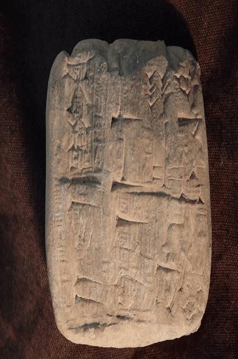 Una tablilla cuneiforme, un antiguo artefacto de arcilla que se originó en el actual Irak