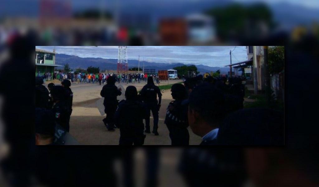 Policias vigilan enfrentamiento sobre la carretera 175