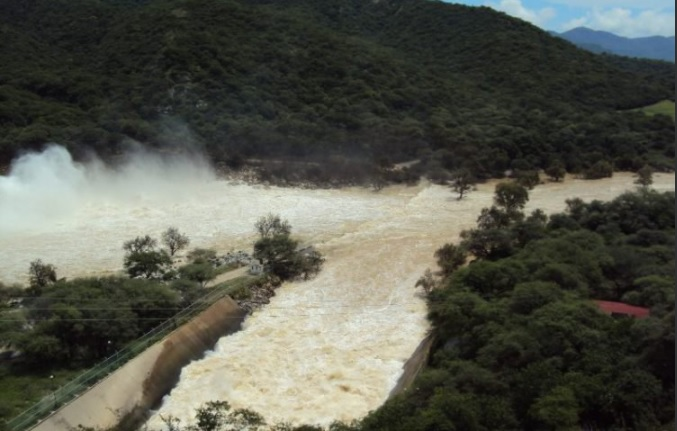 Autoridades en Oaxaca desfogan la presa Benito Juárez, en Oaxaca