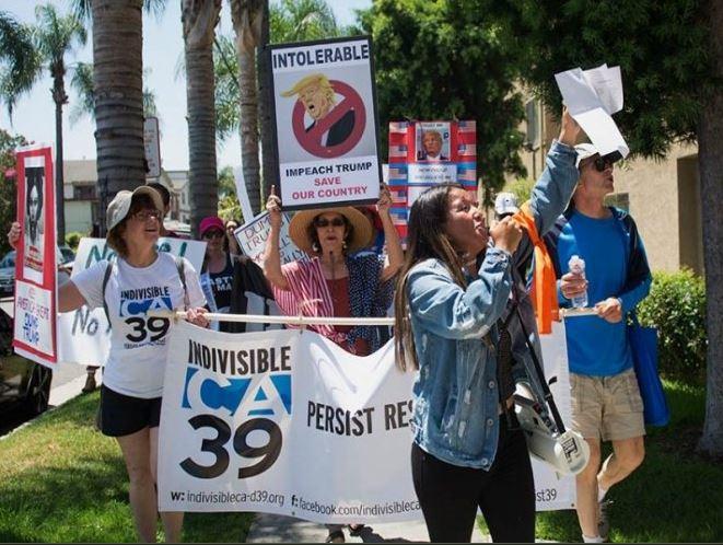 Manifestantes de California piden juicio político contra Trump