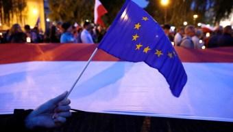 Gente reunida Corte Suprema protesta reformas judiciales Varsovia (Reuters)