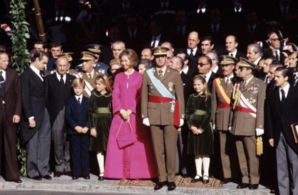 Juan Carlos, después de haber sido designado rey de España, con Sophia y sus hijos el 22 de noviembre de 1975 (Getty Images)