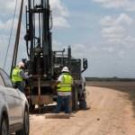 Trabajadores toman muestras de suelo para construir el muro de Trump que afectaría el Refugio Nacional de Vida Silvestre de Santa Ana (Foto: Texas Observer)