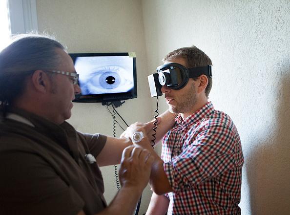 un medico revisa los ojos a una persona
