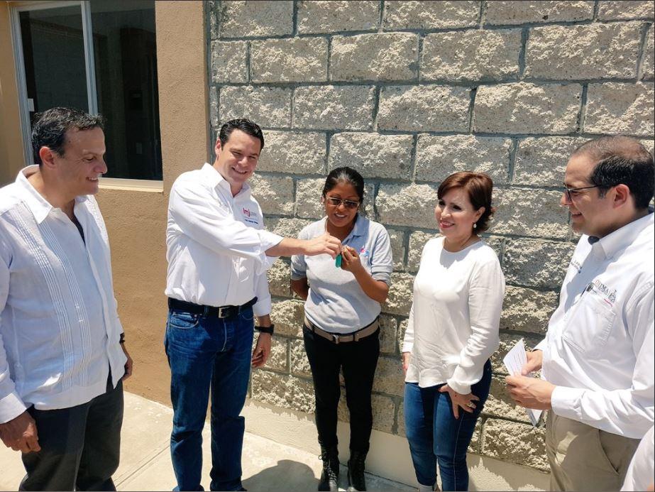 Rosario Robles entrega viviendas en colima