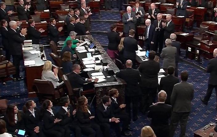 El senador John McCain, enfermo de cáncer, es ovacionado al volver al Senado de EU (AP)