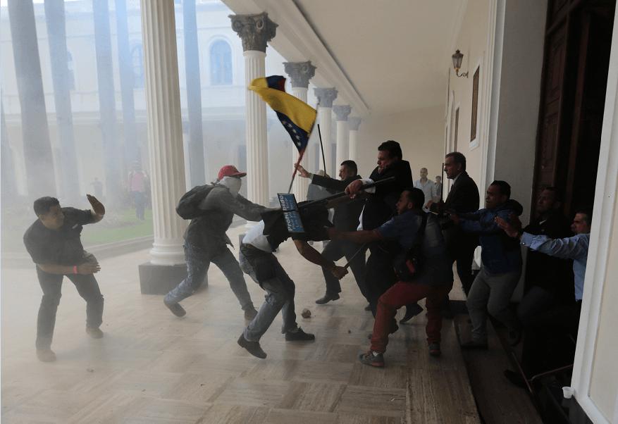 Simpatizantes chavistas irrumpieron en la sede del Parlamento venezolano, en Caracas