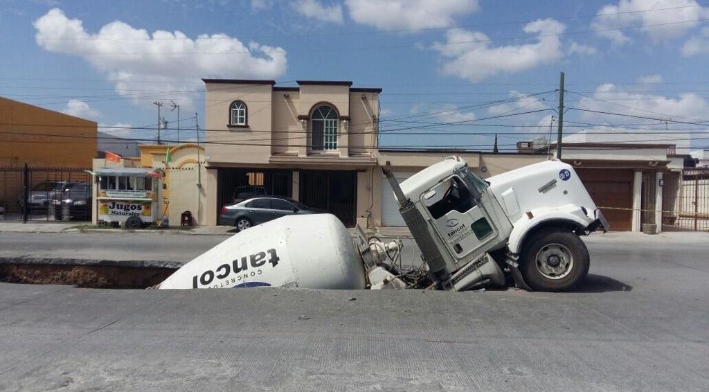 Camión cae en socavón en Reynosa