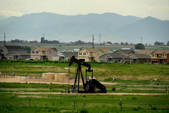 Torre de perforación de petroleo bombea aceite