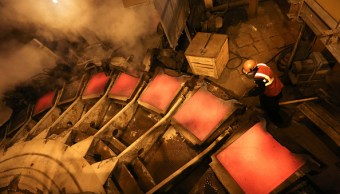 Trabajador inspecciona lámina de cátodo de cobre