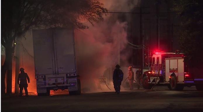 Incendia tráiler transportaba cerveza Monterrey NL