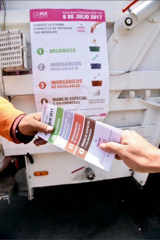 basureros entregan tripticos sobre separacion