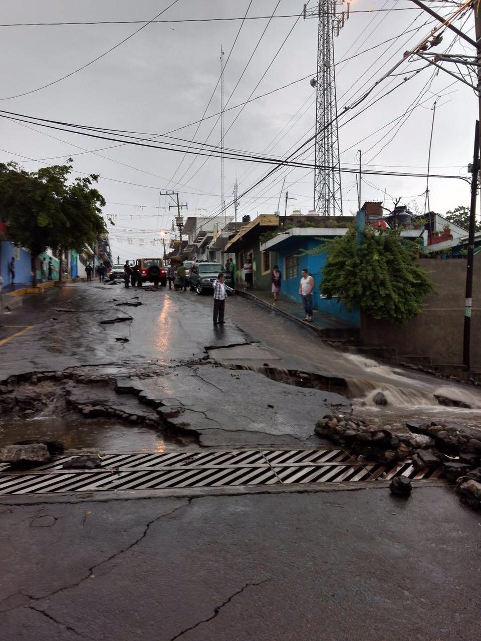 Tromba afecta vialidades en Quesería, Colima