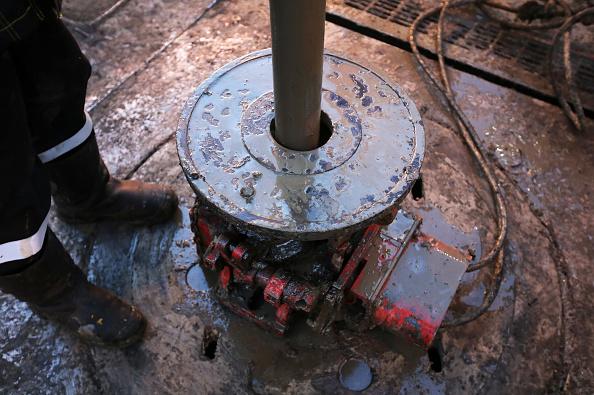 Tubería de petroleo en plataforma de exploración